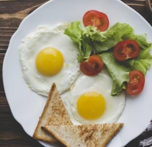 يجب تناول البيض في وجبة الإفطار لهذا السبب